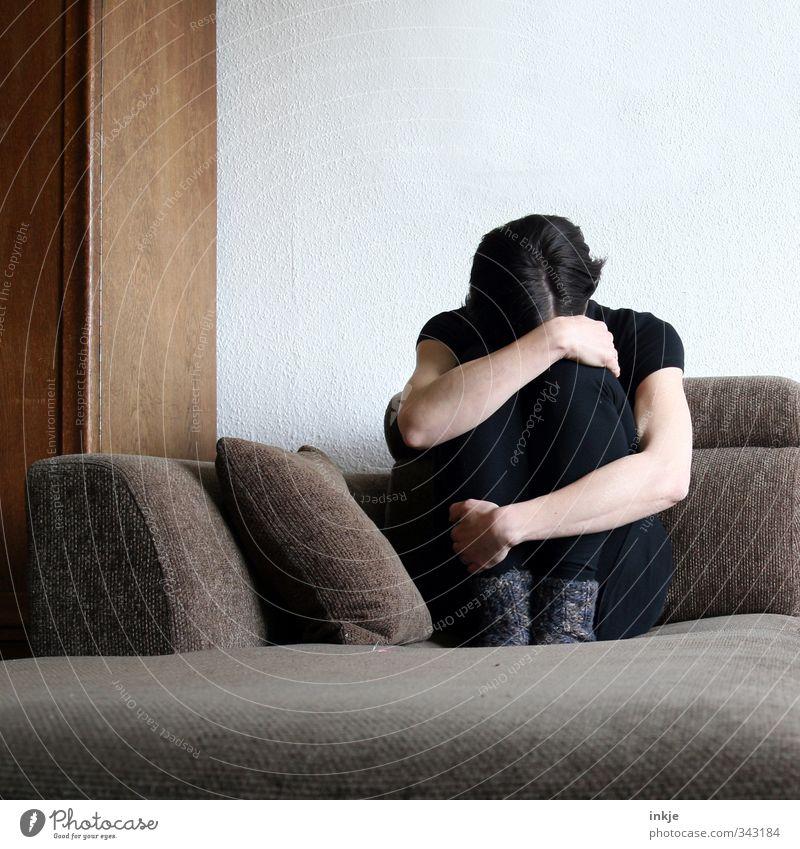 Alle sind auf Römö- nur nicht dieda, die war noch nie da! Mensch Frau weiß Einsamkeit Erwachsene Leben Gefühle Traurigkeit Stimmung braun Körper Raum Wohnung