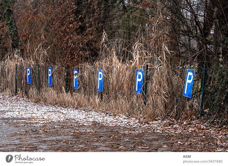 leergefegt Park aufgegeben erlaubt Gegend Automobil Hintergrund blau PKW Parkplatz Konzept Textfreiraum Design Zaun flach graphisch Gras Ikon Information Metall