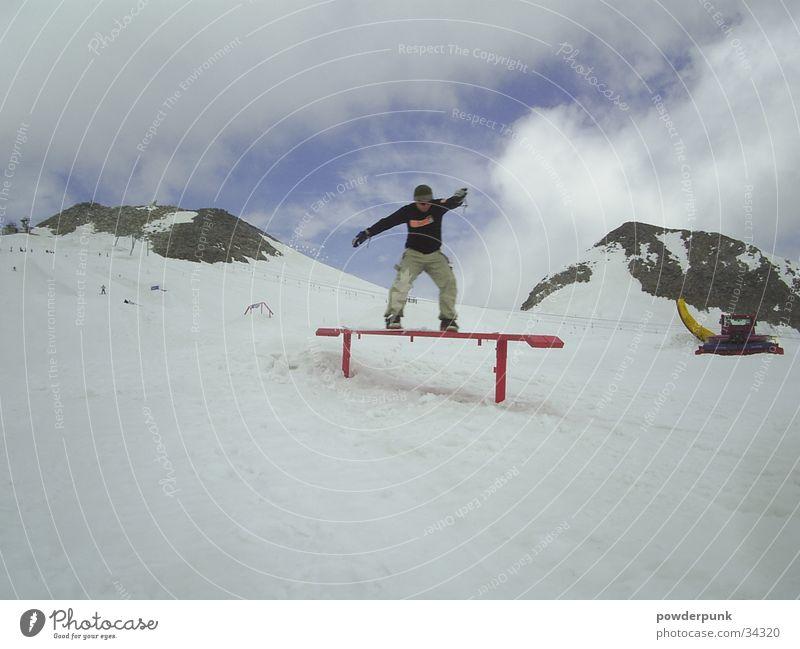 Rail`n`Roll Wolken Winter Schnee Stil Sport Körperhaltung sportlich Gleichgewicht Snowboard Winterurlaub Trick Freestyle talentiert Kettenfahrzeug rutschen Snowboarding