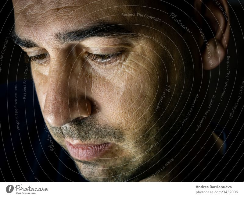 Porträt eines Mannes Seitenansicht Erfreulich selbstbewusst Nahaufnahme verführerisch und weiß Ausdruck reif dunkel sympathisch gutaussehend Profil Person