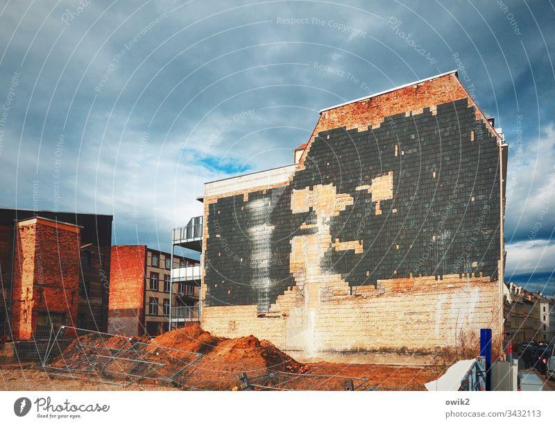 Vermauert Haus Wand Fassade alt Himmel bewölkt Abrisshaus Ziegeln zugemauert Außenaufnahme Farbfoto Menschenleer Tag Fenster Stadt Gebäude Altstadt Sonnenlicht