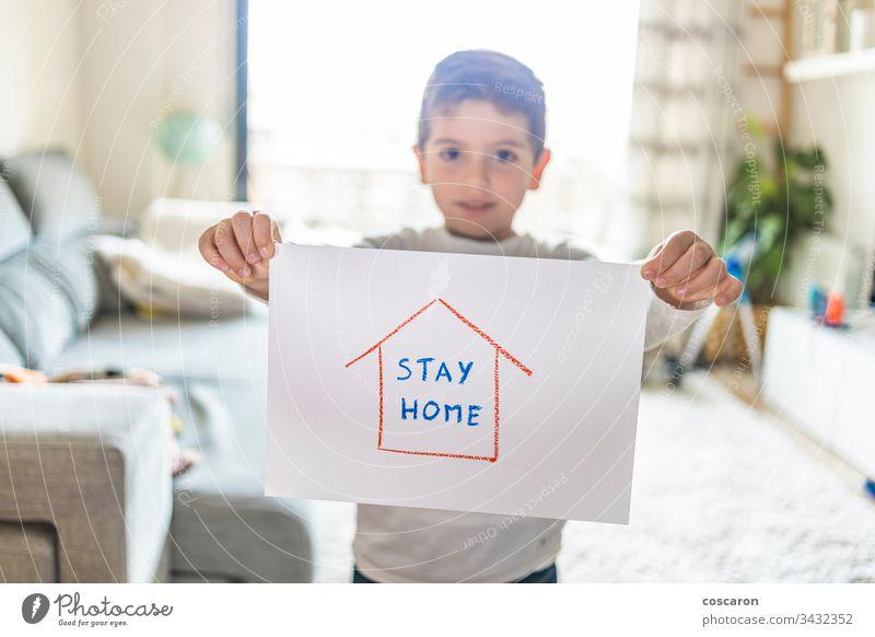Kleiner Junge mit Stay-Home-Ziehung. Coronavirus-Konzept Inserat beratend vermeiden Hintergrund Transparente Kind Kindheit Kinder Korona coronavirus 2019-ncov