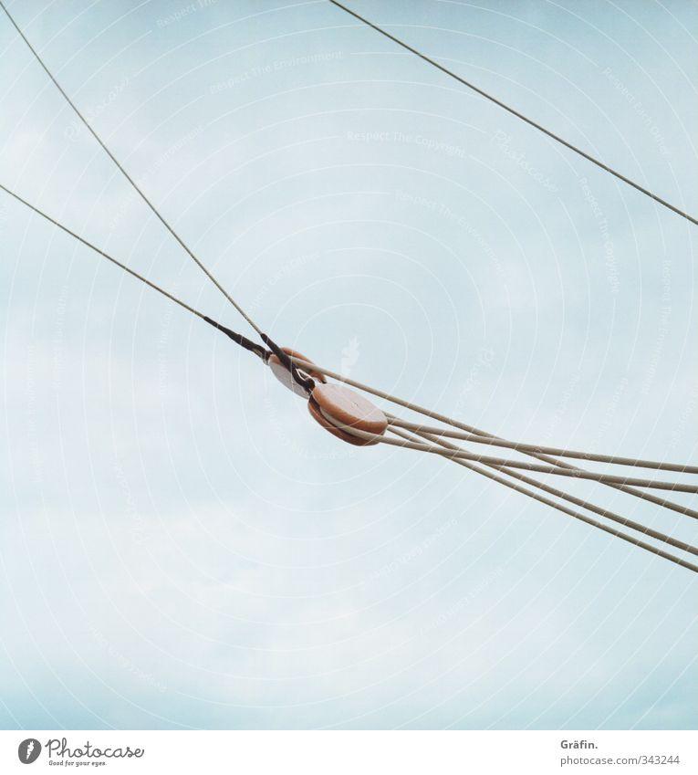 Seemannschaft Wassersport Segeln Schifffahrt Segelschiff Seil hängen fest blau braun grau Kontrolle Netzwerk Tradition Farbfoto Außenaufnahme Menschenleer