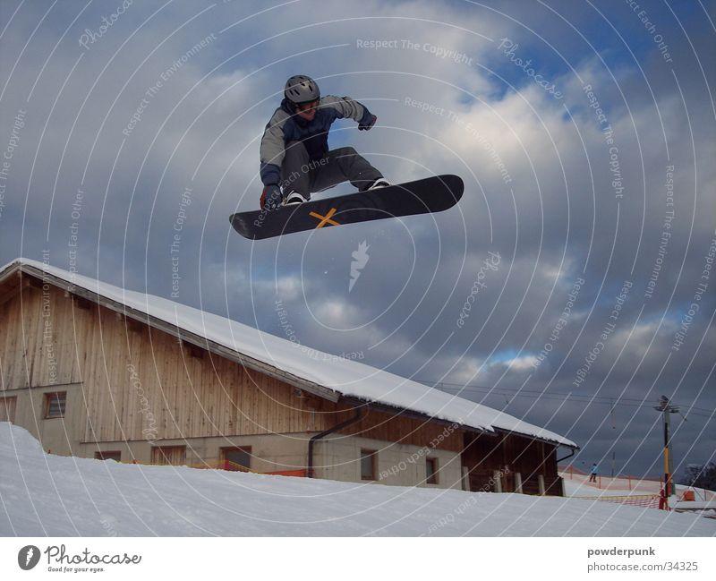 Herr der Lüfte Haus Winter Schnee Stil Sport springen berühren Kreuz Snowboard Freestyle Wolkenhimmel Snowboarding Snowboarder Giebelseite x Skihelm