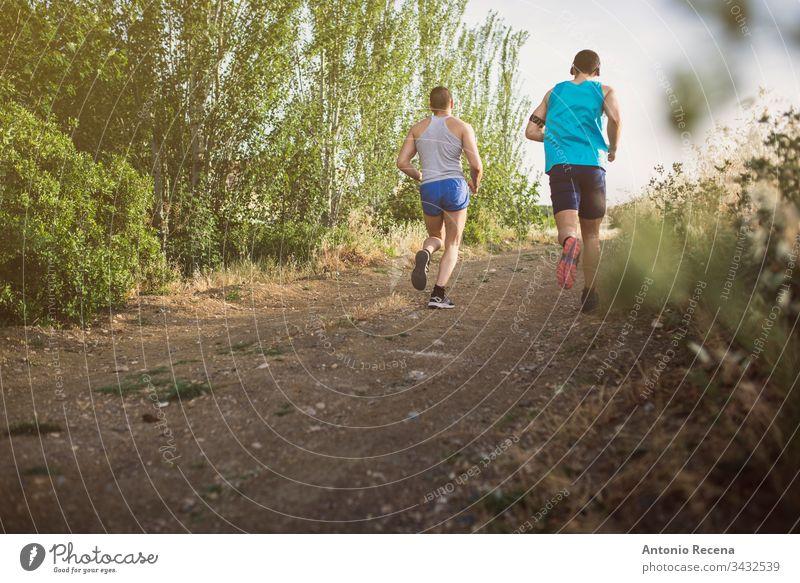 Zwei Läufer laufen im Freien Männer Mann rennen joggen Joggen Sportler Zusammensein Lebensstile zwei männlich Erwachsener Straße Menschen Person aktiv Rücken