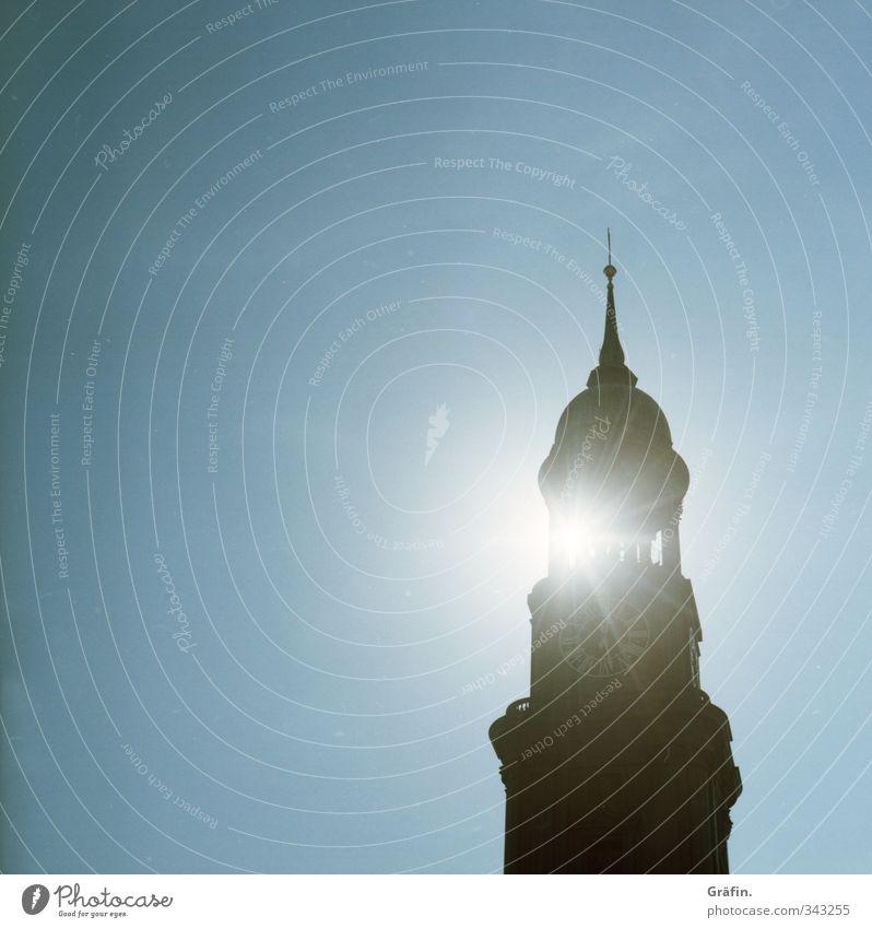 Sonne über Hamburg Himmel Kirche Gebäude Wahrzeichen glänzend blau schwarz weiß Erwartung Beleuchtung Michaeliskirche Kirchturmspitze erleuchten Farbfoto
