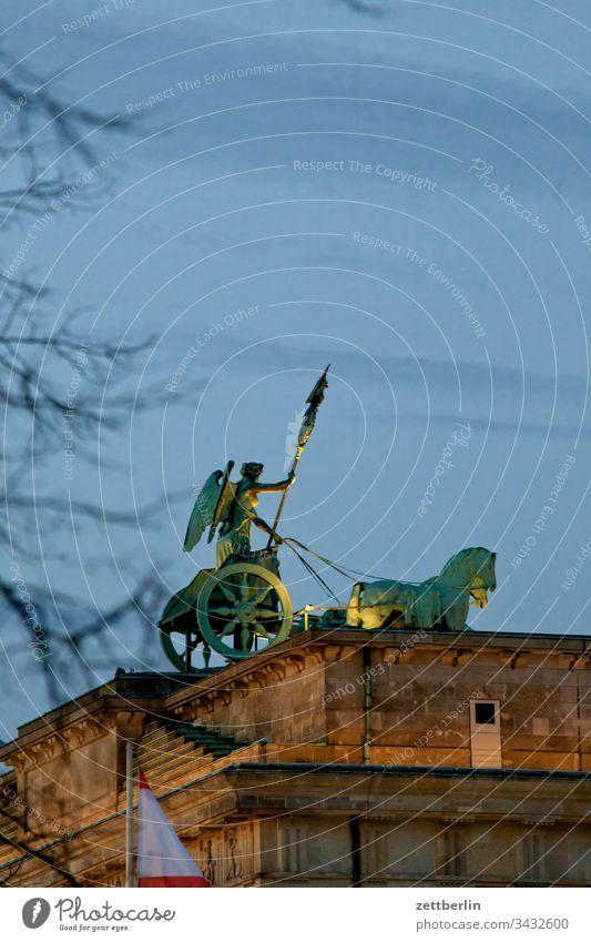 Quadriga auf dem Brandenburger Tor abend berlin brandenburger tor dunkel dämmerung hauptstadt himmel klassizismus langhans quadriga säule wahrzeichen