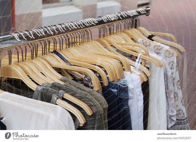 Mode für Frauen Bekleidung Kleidung womenswear Damenbekleidung Laden Einzelhandel Kleiderbügel Kleidungsstück Sale Boutique Outfit kaufen Nahaufnahme viele