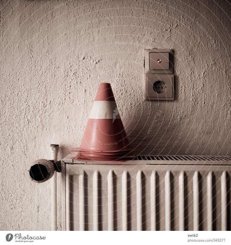 Ablage Technik & Technologie Lichtschalter Steckdose Verkehrsleitkegel Heizkörper Mauer Wand rau Putz Metall Kunststoff leuchten eckig einfach rund Spitze rosa