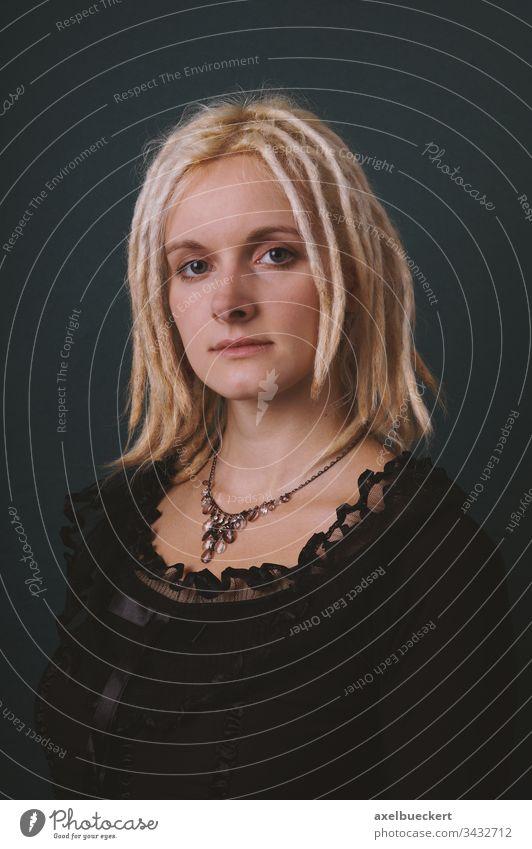 Porträt einer jungen Frau mit blonden Dreadlocks im Retro-Stil Rastalocken dreads retro Mode Mädchen Frisur Haarschnitt Erwachsener Kaukasier weiß Menschen