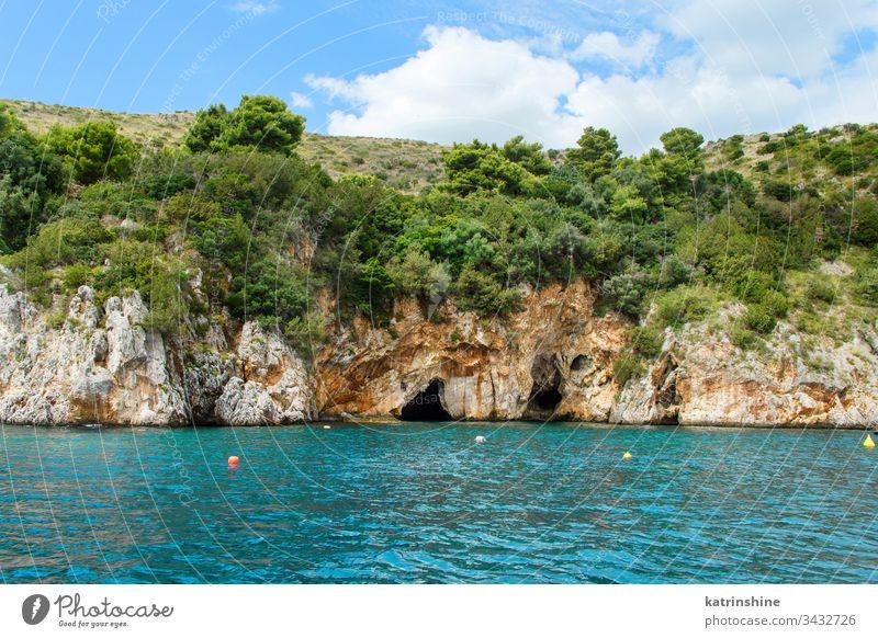 Höhlen in der Bucht von Infreschi vom Meer aus, Camerota MEER Geschütztes Meeresgebiet Porto baia Grotte Salerno Masseta Italien cilento wild schön blau