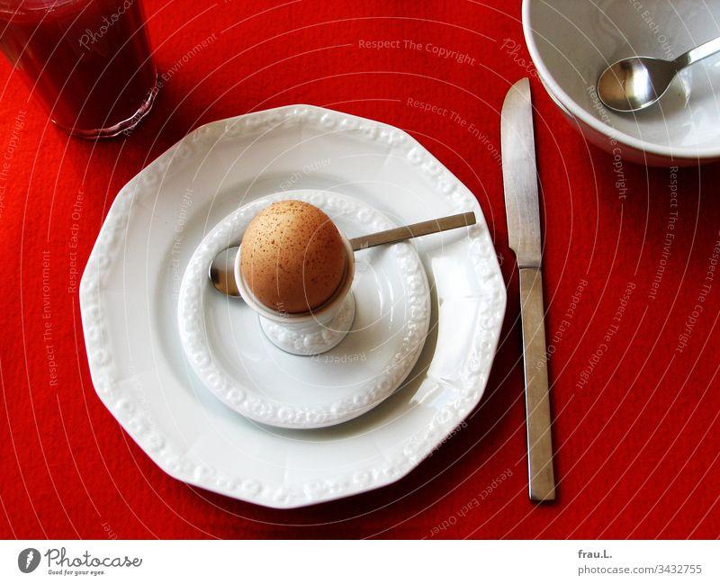 Alle, das Orangensaftglas, der Boll, Messer, Löffel, auch die Teller fühlten sich eigentlich gut auf dem Filzset inszeniert, nur der Eierbecher nörgelte über das sommersprossigen Ei.