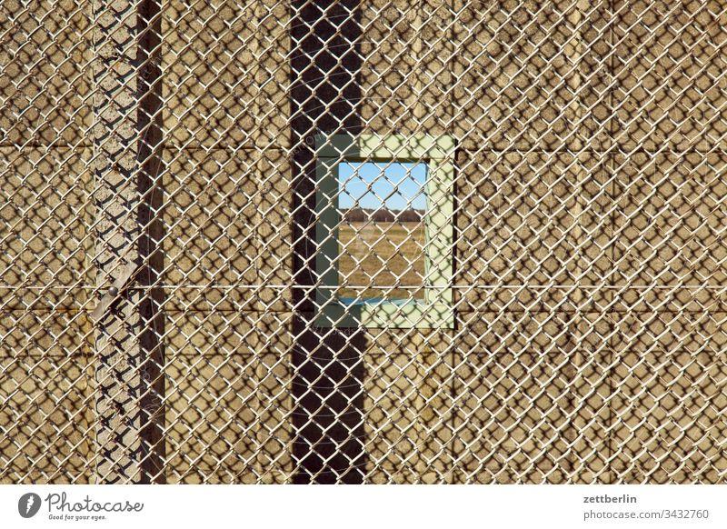Fenster in der Mauer außen menschenleer textfreiraum mauer grenze stacheldraht abschottung grundstück zaun ausgrenzung abgrenzung natodraht sicher sicherung