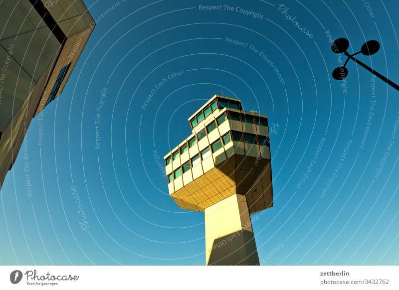 Tegel Tower außen flug flughafen fluglotse flugreise flupplatz froschperspektive himmel menschenleer tegel textfreiraum tower txl flugplatz architektur turm