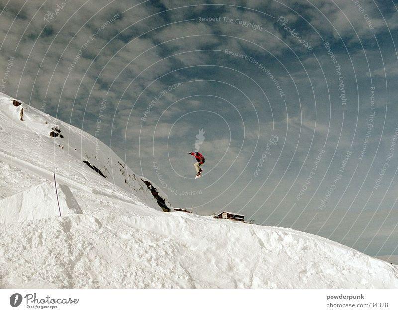 MX-33 Berge u. Gebirge Schnee Stil Sport springen hoch Schneebedeckte Gipfel Mut abwärts extrem Freestyle talentiert Wolkenhimmel Funsport Snowboarding Extremsport
