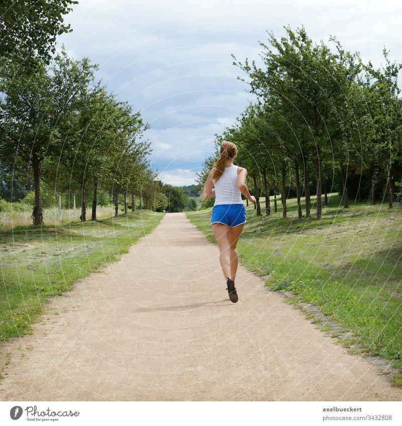 junge Frau beim allein joggen Joggen rennen Mädchen Jogger Sport Natur Sportbekleidung Fitness Gesundheit Park Person Kaukasier Lifestyle im Freien Erwachsener