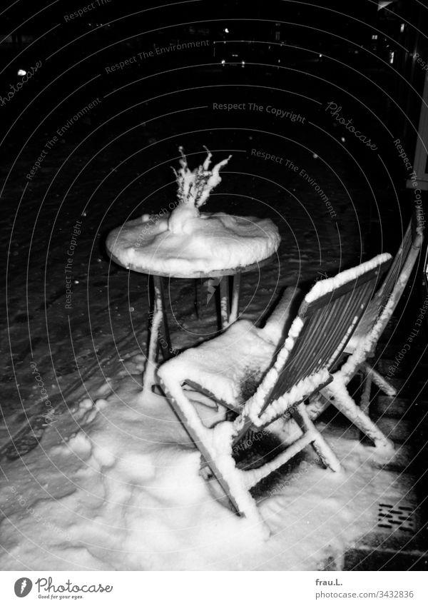 Bei Schneefall Café nur im Kännchen. Bistro Stühle Winter Straßencafé Stadt Bistrotisch Gastronomie Bürgersteig leer Holz Außenaufnahme Menschenleer