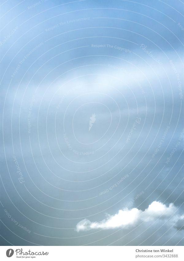 Bewölkter Himmel mit einer weißen Wolke Wolken blau grau weiss bewölkt Hintergrundbild Aquarell wie gemalt Natur Hintergrund neutral Wolkenhimmel