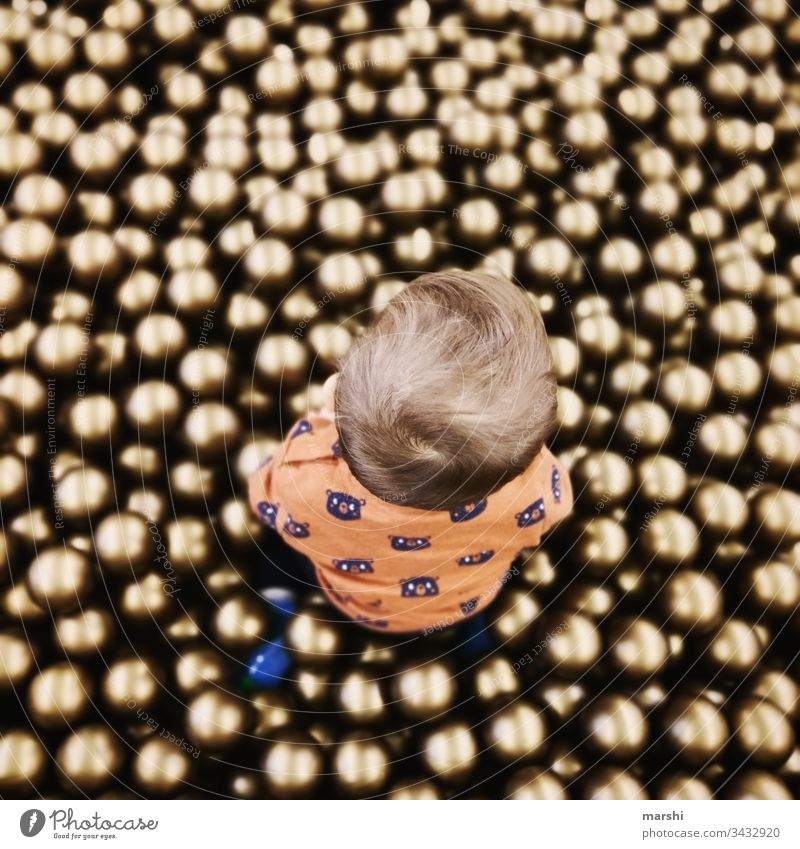 Bälleparadies kind junge spielen game bälle bällebad goldig kindheit von oben rund freude mensche freizeit spielplatz glücklich farbfoto sohn mutter erlebnis