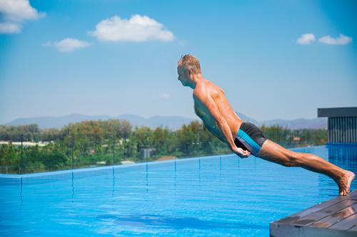 Unemotionaler Komiker, der in ein Schwimmbad fällt. Sommerurlaub Aktion aktiv Aktivität Erwachsener blau langweilig verrückt Krise Verzweiflung Emotion