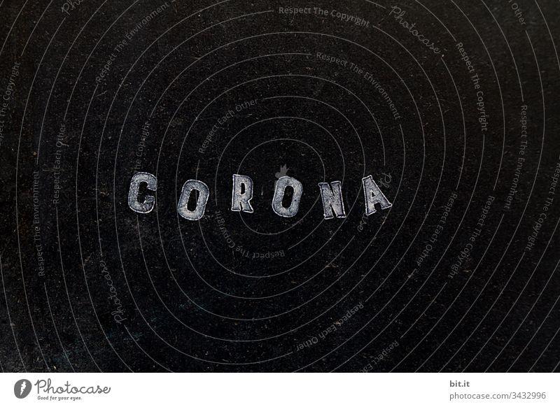 Corona als Schriftzug, mit weissem Stempel gestempelt, auf schwarzer Tafel Hinweisschild Gefahr wünschen Schützen Epidemie Prävention Quarantäne COVID infektiös