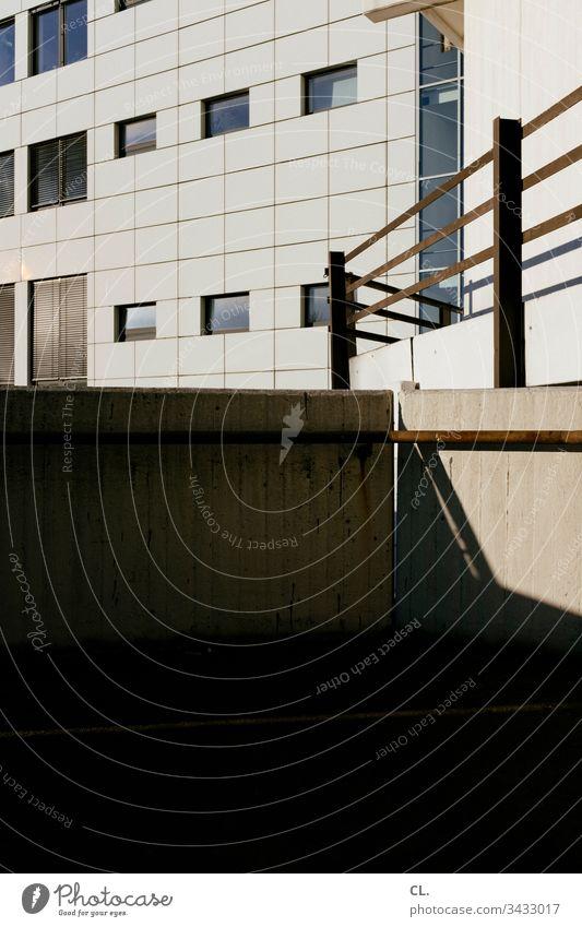 urbane architektur Architektur Architekturfotografie Gebäudeteil Geländer Fassade Licht Schatten eckig Fenster Urbanisierung Außenaufnahme Farbfoto Menschenleer