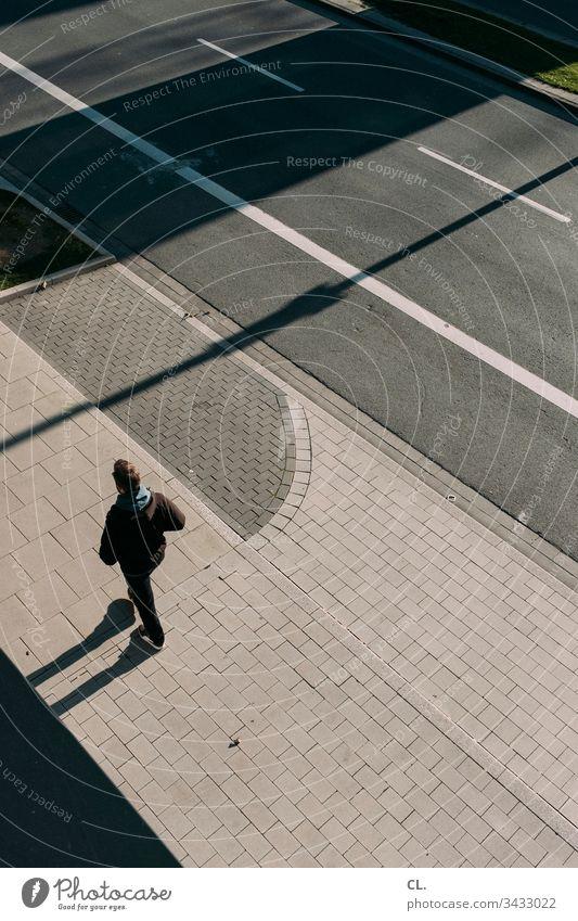 ein mann geht auf dem gehweg Mann Person gehen spazieren Straße Fußgänger Erwachsene Mensch Außenaufnahme Farbfoto 1 Tag Einsamkeit Wege & Pfade Verkehrswege