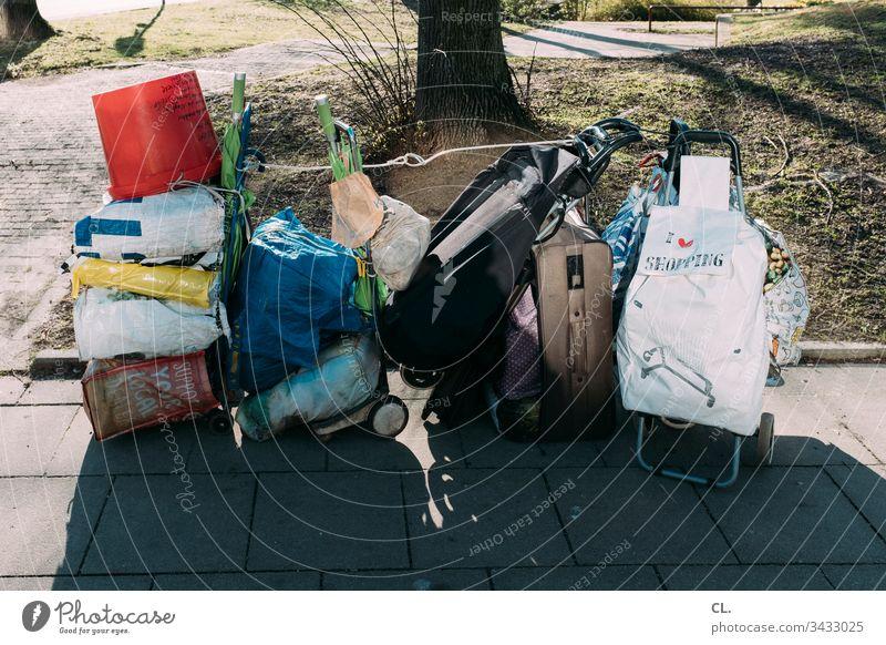 habseligkeiten obdachlos Obdachlosigkeit Armut Einsamkeit Farbfoto heimatlos Außenaufnahme Menschenleer Tag Eimer Tasche Koffer Sozialer Brennpunkt Straße