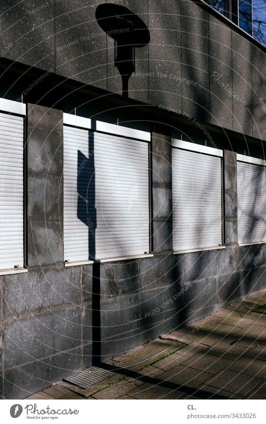 fenster mit geschlossenen rollladen Architektur Architekturfotografie Gebäudeteil Fassade Licht Schatten Fenster Außenaufnahme Farbfoto Menschenleer Tag