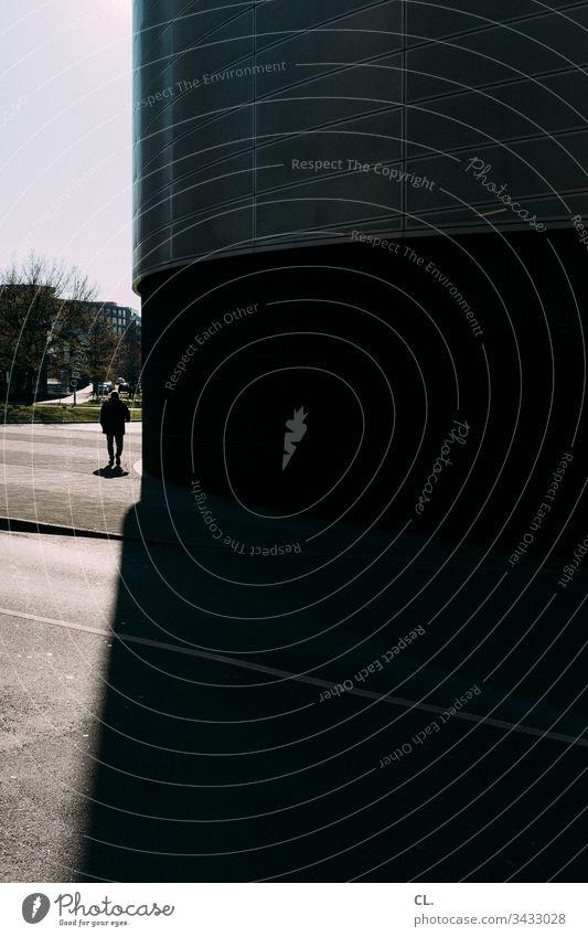 stille straßen Mensch männlich gehen dunkel Mann Wege & Pfade Straße Außenaufnahme Verkehrswege 1 Tag Fußgänger Stadt Farbfoto Gebäude rund dunkel & düster