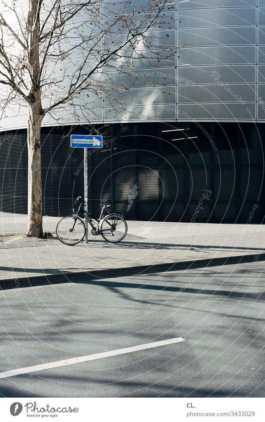 einbahnstraße und fahrrad Schilder & Markierungen Verkehrswege Verkehrsmittel Fahrrad Straßenverkehr Baum Gebäudeteil Stadt Stadtzentrum urban Wege & Pfade