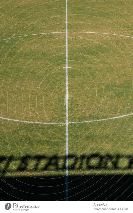 Anstoß verschoben...... Stadion Rasen Sport Fußball grün Fußballplatz Linie Gras Menschenleer Ballsport Außenaufnahme Freizeit & Hobby Farbfoto Sportstätten Tag