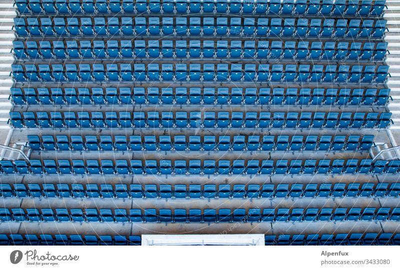 freie Platzwahl Tribüne Farbfoto Stadion Außenaufnahme Sportstätten Sportveranstaltung Publikum Ballsport Fußballplatz Tag Freizeit & Hobby Spielen blau