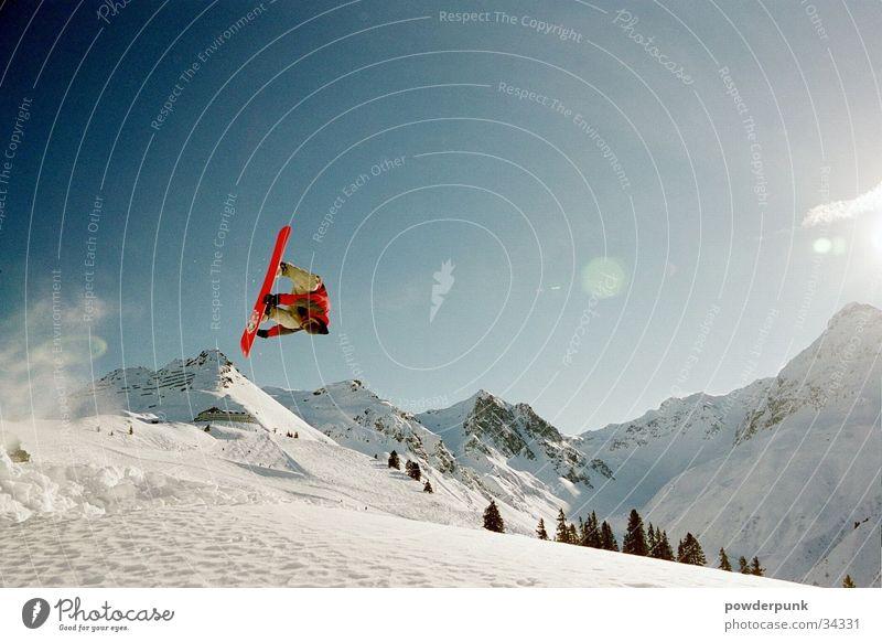 LUZIE Snowboard Straight Jump springen Sport Schnee Berge u. Gebirge Salto Sonnenstrahlen Schneebedeckte Gipfel Schneelandschaft 1 Außenaufnahme Farbfoto