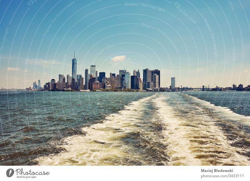 Manhattan vom Wasser aus gesehen, New York, USA. Großstadt New York State Gebäude Stadtbild Wolkenkratzer Skyline Hafengebiet Architektur gefiltert blau Fluss