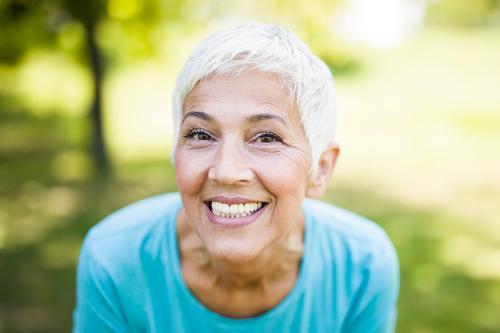 Porträt einer lächelnden, sportlichen älteren Frau in einem Park Lächeln Senior Kaukasier Person Gesundheit Fitness aktiv Glück grau Lifestyle Behaarung