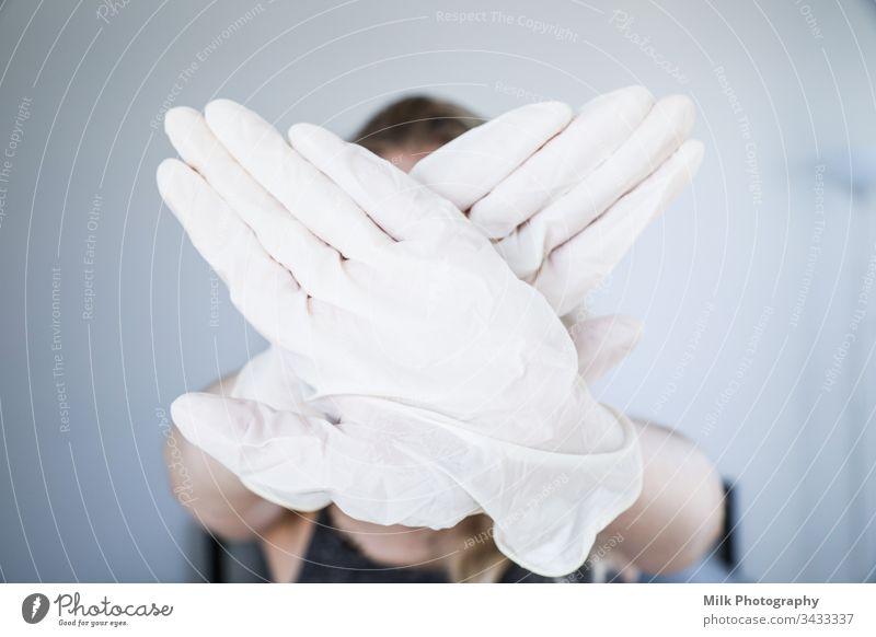 Gekreuzte Hände mit Handschuhen Arbeit & Erwerbstätigkeit Chemie Wissenschaftler Krankenhaus Apotheke Biologie Probe Medikament Prüfung & Examen Labor forschen