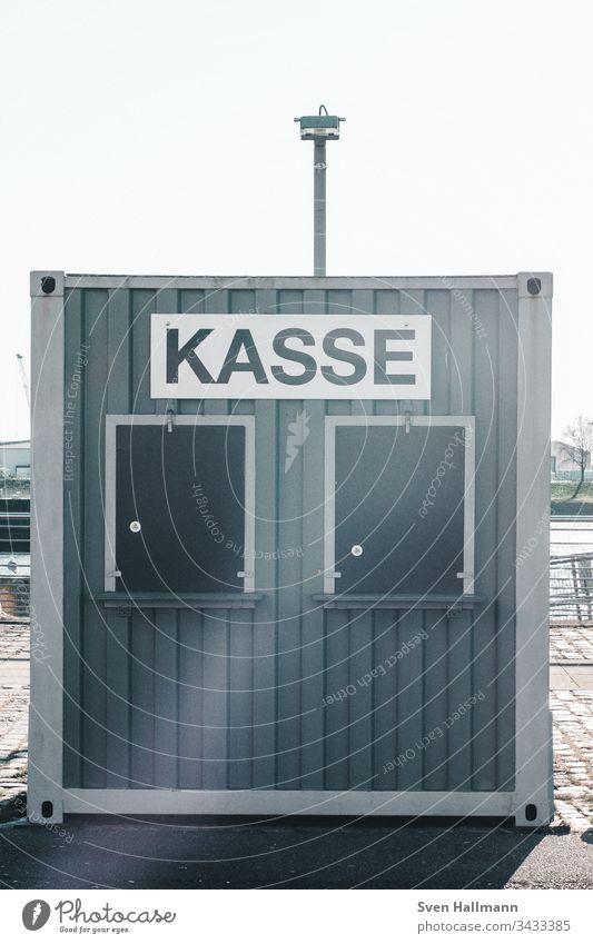 Geschlossene mobile Kasse für Veranstaltungen container Menschenleer Außenaufnahme Tag Schriftzeichen Buchstaben Container Metall Ziffern & Zahlen Linie