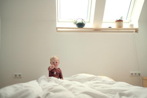 Bleib Zuhause! #StayHome Kind baby quarantäne zuhause Heimat Haus Wohnung Bett isolation Corona covid19 Anweisung aufforderung flattenthecurve Stayhome