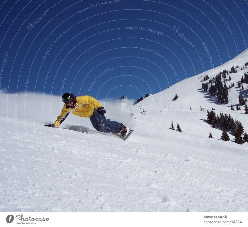 Powercarver Winter gelb Schnee Sport Aktion Geschwindigkeit berühren Körperhaltung Kurve abwärts Blauer Himmel Schwung Snowboard Wintersport heizen Freestyle