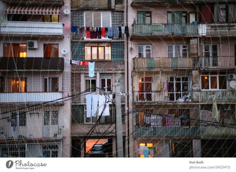 Homeoffice Zuhause zuhaus daheim Wohnung Haus Plattenbau Betonbau Armut Corona-Virus Außenaufnahme Balkon Chaos durcheinander Quarantäne wäsche bunt ausland