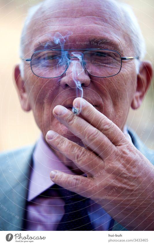 Ungesund aber glücklich Rauchen renter zufrieden gesundheit grippe ungesund gefährlich tot tod tödlich raucherlunge qualm asche kiffen tabak brille sucht genuss