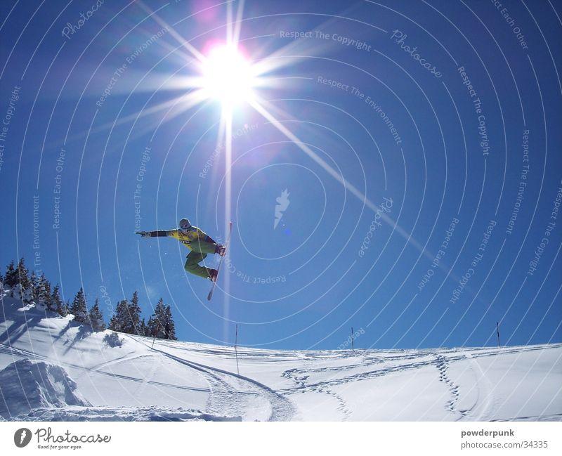 Go Big or Go Home Sonne Winter Schnee Stil Sport springen Aktion hoch Körperhaltung Wolkenloser Himmel Mut Österreich Blauer Himmel Berghang Snowboard Winterurlaub