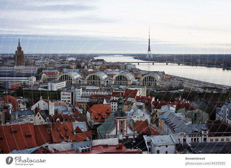 Blick auf Riga mit Markthallen, Lettland Altstadt Fluss Turm Aussicht dächer