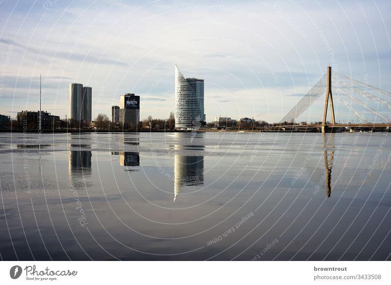 Blick über den Fluss Düna in Riga, Lettland Spiegelung Wasser Brücke Hochhäuser