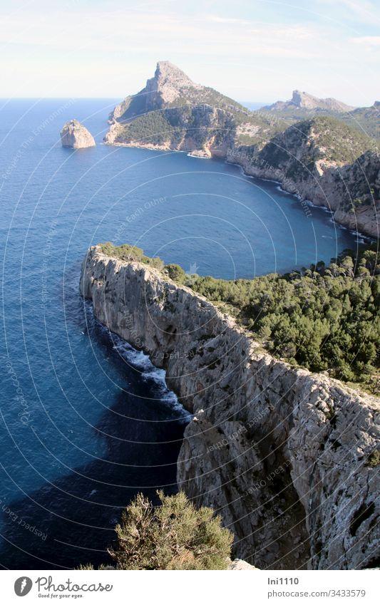 Blick auf Cap Formentor, Mallorca Halbinsel Klippen am Meer Felsenküste Landzunge ausblick genießen atemberaubend schönes Wetter Sonnenschein Schattenseite