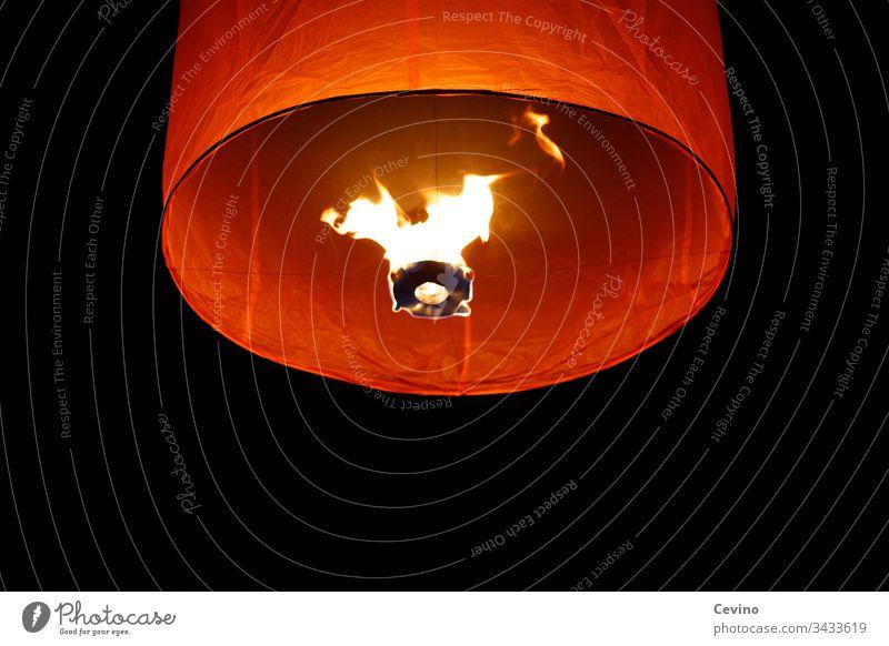 Himmelslaterne im Nachthimmel Laterne Loi Krathong Lichterfest Feuer schwarz Loy Krathong Thailand Tradition Warmes Licht Wünsche Glauben Regligion Buddhismus
