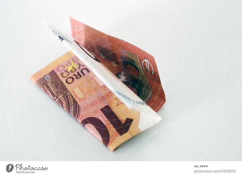 Zehn Euro Geldschein sparen arm reich Finanzen gefaltet 10 liegen wenig Kapitalwirtschaft bezahlen Farbfoto kaufen Geldinstitut Einkommen Bargeld Eurozeichen
