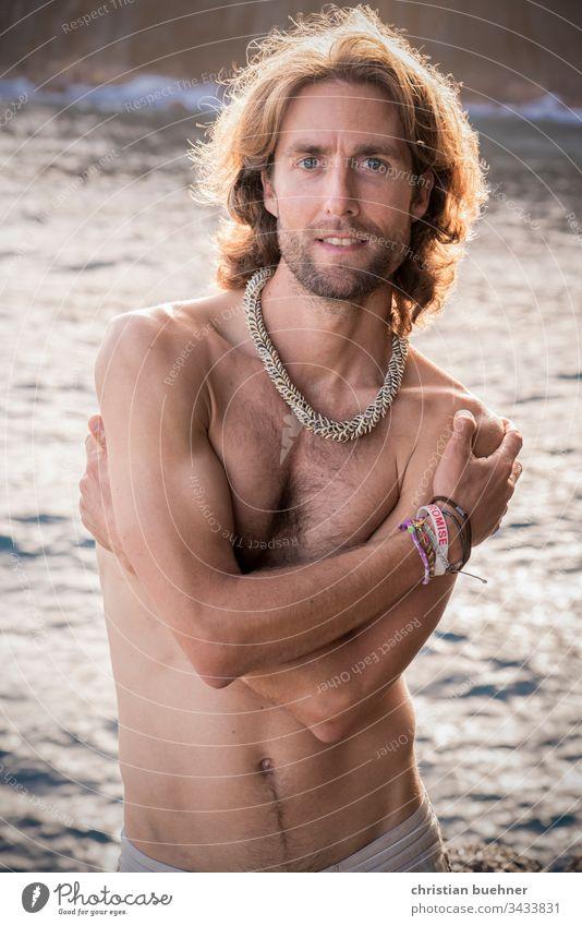 junger mann am strand mit sonnenuntergang beach model nackt shirtless erotisch sexy badehose baden posen wasser meer gegenlicht sonnenstrahlen relax entspannend