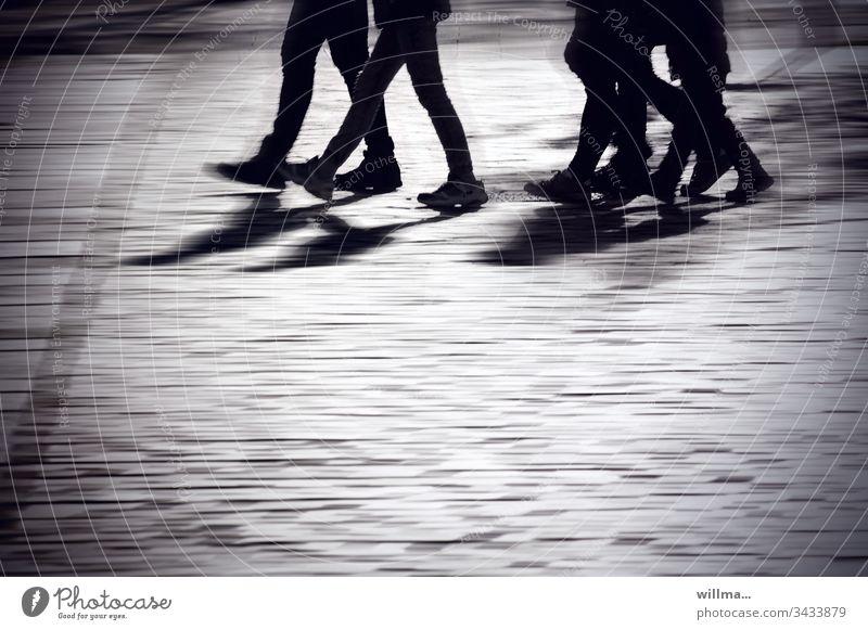 Menschengruppe läuft über einen öffentlichen Platz Personen Stadtbummel Einkaufsbummel Spaziergang Schatten Jugendliche Arbeitsweg Straße Fußgänger